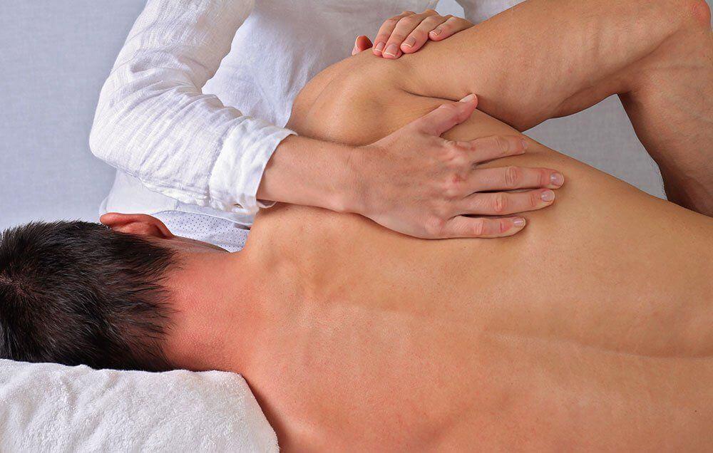 chiropraticien-a-montreal-faisant-correction-deposture