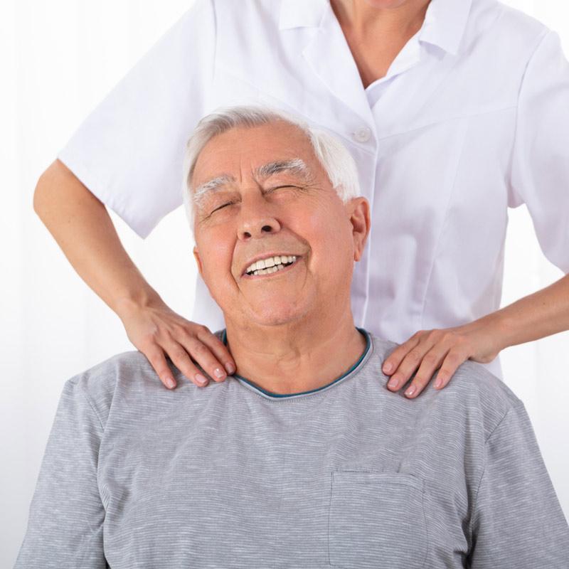 massage-par-chiropraticienne-a-montreal-sur-personne-agee